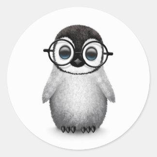 Niedlicher Babypenguin-tragende Augen-Gläser auf Runder Aufkleber