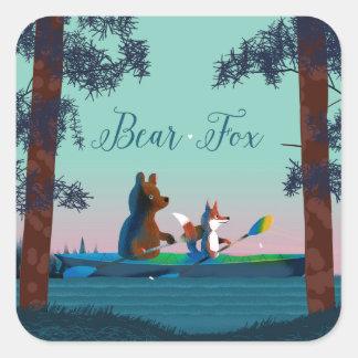 Niedlicher Bär und Fox, die auf einem wilden Quadrat-Aufkleber