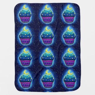 Niedlicher blauer Cupcake mit Mond und Sternen Babydecke