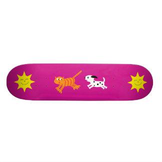 Niedlicher Cartoon-Hund, der Katzerosa Skateboard  Bedrucktes Skateboard
