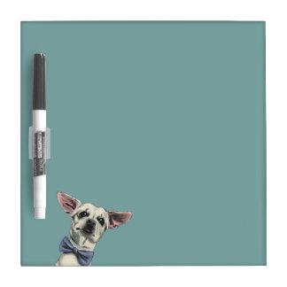 Niedlicher Chihuahua mit dem Memoboard