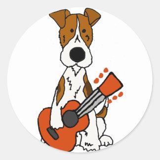 Niedlicher Fox-Terrier, der Gitarren-Kunst legt Runder Aufkleber