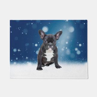 Niedlicher französische Bulldoggen-Schnee hat Türmatte