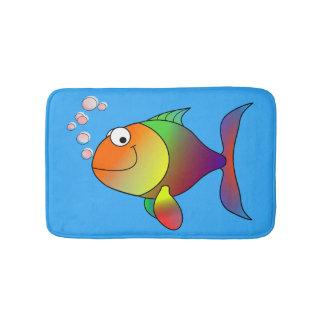 Niedlicher froher Goldfish im Meer, hellblau Badematte