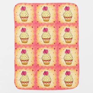 Niedlicher gelb und rosa Cupcake mit Rose und Herz Puckdecke