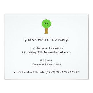 Niedlicher glücklicher grüner Baum. Auf Weiß 10,8 X 14 Cm Einladungskarte
