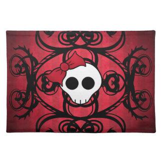 Niedlicher gotischer Schädel auf Rot und Schwarzem Tisch Set
