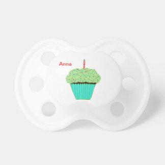 Niedlicher grüner Zuckerguss-kleiner Kuchen mit Schnuller