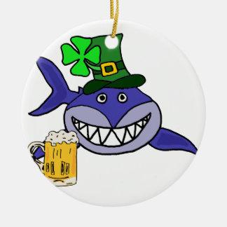 Niedlicher Haifisch-trinkenden Bier-St Patrick Keramik Ornament