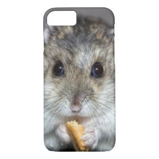 Niedlicher Hamster, der ein Plätzchen isst iPhone 8/7 Hülle