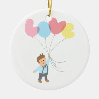 Niedlicher Junge mit Buchstabe-Ballonen, die Liebe Keramik Ornament