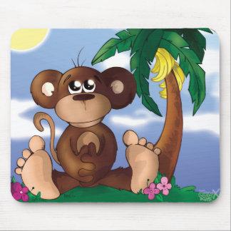 Niedlicher kleiner Affe, der nahe bei Bananen-Baum Mousepads