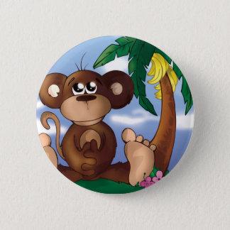 Niedlicher kleiner Affe, der nahe bei Bananen-Baum Runder Button 5,1 Cm
