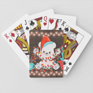 Niedlicher kleiner polarer Bär mit Spielkarten