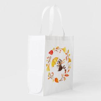 Niedlicher kleiner Raccoon mit Regenschirm im Wiederverwendbare Einkaufstasche