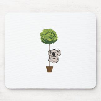 Niedlicher Koala auf dem Baum Mousepad