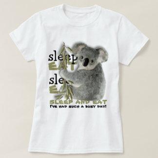 Niedlicher Koala essen und schlafen T-Shirts