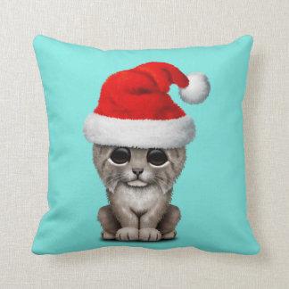 Niedlicher Luchs CUB, das eine Weihnachtsmannmütze Kissen