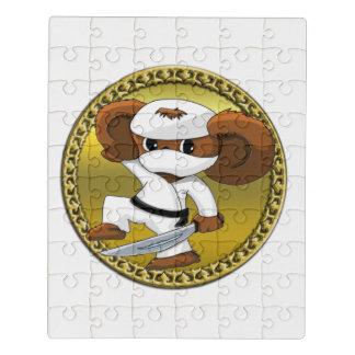 Niedlicher lustiger Cartoon Cheburashka Bär mit Puzzle