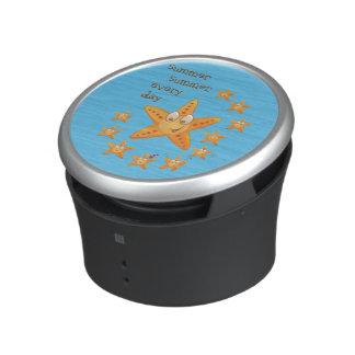 Niedlicher lustiger Seestern unter wenig eine Lautspercher
