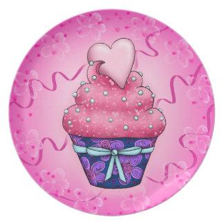 Niedlicher rosa Cupcake mit Herzchen Teller