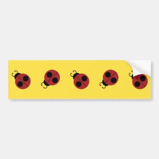 Niedlicher roter Marienkäfer auf gelbem Autoaufkleber