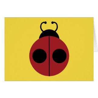 Niedlicher roter Marienkäfer auf gelbem Karte