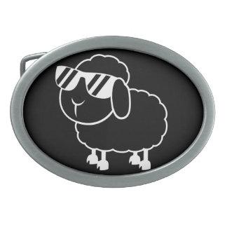 Niedlicher schwarze Schaf-Cartoon Ovale Gürtelschnalle