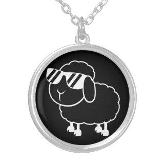 Niedlicher schwarze Schaf-Cartoon Versilberte Kette