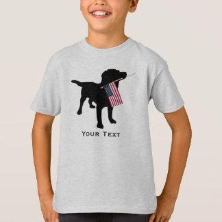 Niedlicher schwarzer Labrador-Hund, der T-Shirt