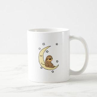Niedlicher Sloth, der auf dem Mond Cartoon sitzt Kaffeetasse