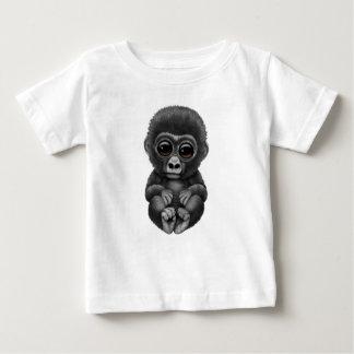 Niedlicher und neugieriger Baby-Gorilla Baby T-shirt