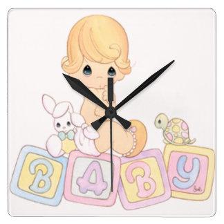 Niedliches Baby auf Spielzeug-Blöcken Quadratische Wanduhr
