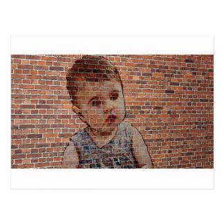 Niedliches Baby auf Ziegelsteinwand Postkarte