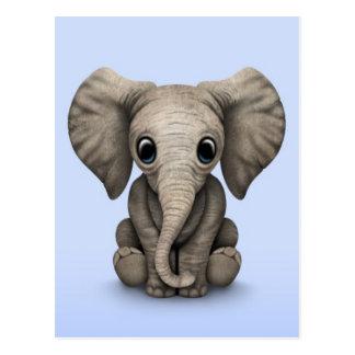 Niedliches Baby-Elefant-Kalb, das sich, hellblau Postkarte