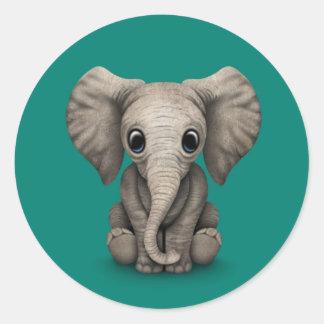Niedliches Baby-Elefant-Kalb, das sich, Runder Aufkleber