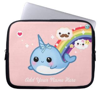 Niedliches Baby narwhal mit Regenbogen und Wolken  Laptopschutzhülle