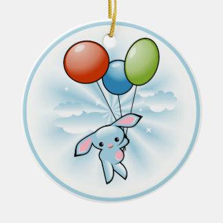 Niedliches blaues Häschen-Fliegen mit Ballonen Rundes Keramik Ornament