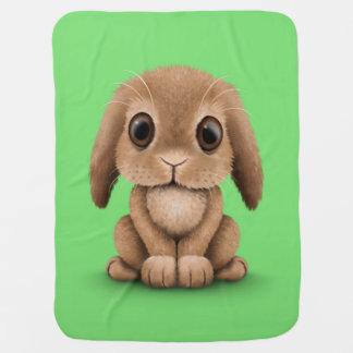 Niedliches Brown-Baby-Häschen-Kaninchen auf Grün Babydecke