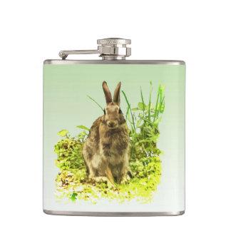 Niedliches Brown-Häschen-Kaninchen in der Flachmann