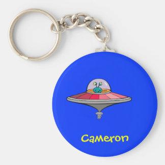 Niedliches Cartoon-alien in UFO-personalisiertem N Standard Runder Schlüsselanhänger