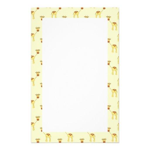 Niedliches Giraffen-Muster auf Gelb Bedrucktes Papier