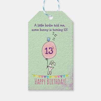 Niedliches Häschen, das einen Ballon-Geburtstag Geschenkanhänger