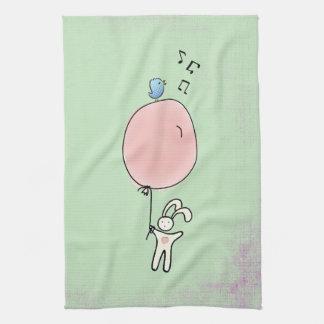 Niedliches Häschen, das einen Ballon hält Handtuch