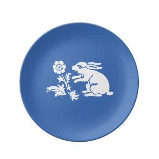 Niedliches Häschen-Kaninchen in Blauem und in Teller Aus Porzellan