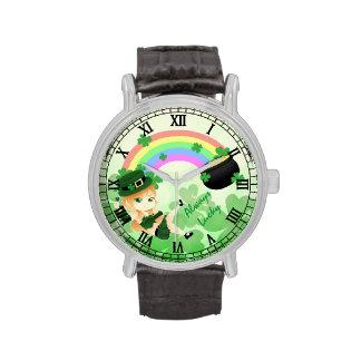 Niedliches irisches chibi Koboldmädchen mit Topf Uhr