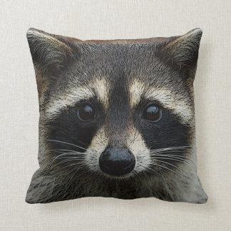 Niedliches junges Raccoon-Gesichtsmaske-und Kissen