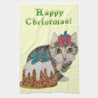 niedliches Kätzchen grauer Tabby, der Handtuch