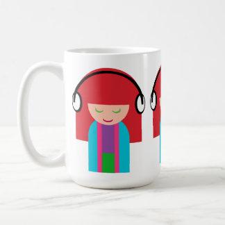 Niedliches Kawaii Redhead-Mädchen, das Musik hört Kaffeetasse