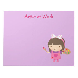 Niedliches kleines Künstler-Maler-Mädchen bei der Notizblock